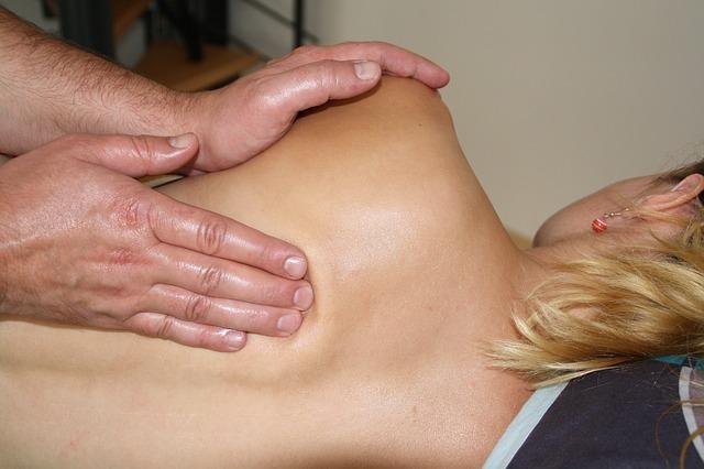 Massage Rücken Frau Hände