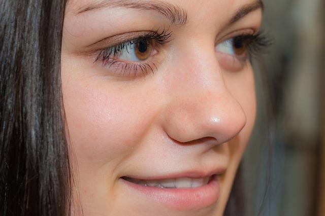 junge Frau mit braunen Augen