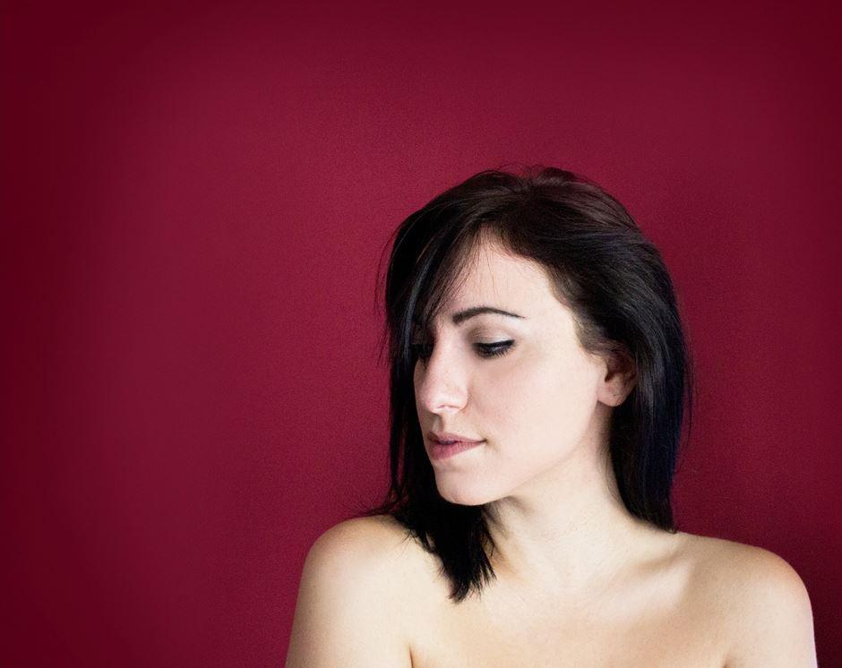 Junge Frau roter Hintergrund