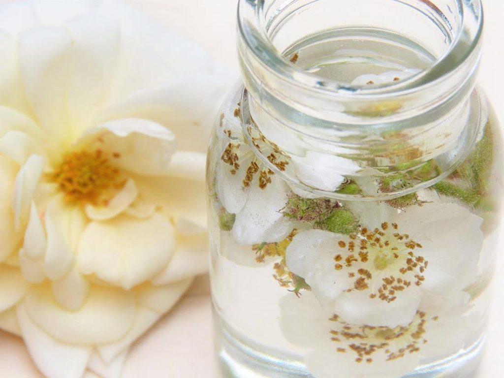 Gesichtsmaske mit Rosenwasser